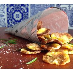 Chips de Mandioquinha Assado: descascou, laminou, pincelou com azeite, sal marinho, ervas e assou! O resultado é uma mandioquinha muito CROCANTE, super SABOROSA e ainda por cima, SAUDÁVEL!  Para servir, usei cones de jornal forrados com papel manteiga. Rústico e charmoso, não é mesmo?  Uma sexta-feira deliciosa para todos  #chips #mandioquinha #amocaseirices #maiscarinhoporfavor #homemade