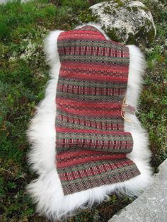 Stolfell sydd på krokbragd teppe - dinbod.no Loom Weaving, Hand Weaving, Sheepskin Rug, Weaving Projects, Yarn Shop, Weaving Patterns, Knitting Designs, Woven Rug, Leather Craft
