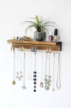 Schmuckorganisator Mit Regal, Halskettenhalter, Armband und Ohrringhalter - Diy Jewelry Idea Jewelry organizer With shelf, necklace holder, bracelet and earring holder Diy Earring Holder, Diy Jewelry Holder, Diy Necklace Holder, Jewelry Hanger, Jewelry Stand, Necklace Storage, Necklace Hanger, Bracelet Holders, Earring Storage