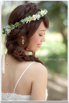 ゆるやかなまとめ髪に細い花冠