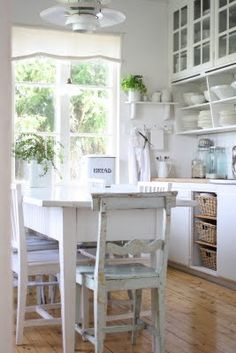 Loving this cute cottage kitchen look Farmhouse Kitchen Island, Cottage Kitchens, Cozy Kitchen, Country Kitchen, New Kitchen, Vintage Kitchen, Home Kitchens, Kitchen Decor, Design Kitchen