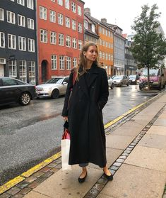 It may be time for wool coats, but I'm not giving up on bare ankels just yet Black Winter Coat, Cool Style, My Style, Effortless Chic, Casual Summer Outfits, European Fashion, Ootd Fashion, Mantel, Beautiful Outfits
