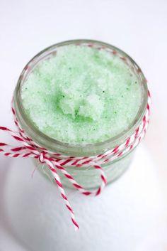 Wir zaubern mal wieder ein Geschenk aus der Küche. Dieses tolle Minz-Zucker Peeling ist in nur 5 Minuten fertig. Ein schnelles DIY .