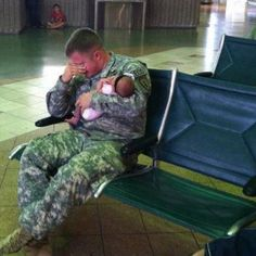 Por Qué Dios ??? . . . éste es el Sargento Michael Knapp, diciendo Adiós a su hija Recién Nacida, Kinsley. Fue la última vez que llegó a abrazarla. El 18 de Mayo de 2012 fue asesinado en el extranjero !!!