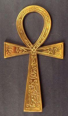 Ankh é o nome do hieróglifo egípcio que representa o conceito de «vida», sendo ainda hoje considerado como «a chave da vida».  O Ankh é encontrado com frequência nos túmulos do Antigo Egipto, sendo os Deuses e Faraós frequentemente retratados a segurar este símbolo. O Ankh também forma parte dos conceitos dos hieróglifos para «saúde» e «felicidade».O Ankh é também um símbolo de fertilidade e é usado hoje em dia como um atributo ou emblema sagrado simbolizando a eternidade da alma.