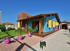 tropical Houses by Arquitetando ideias Home Building Design, House Design, Estilo Tropical, Colourful Buildings, Beach House Decor, Home Decor, Home Trends, Tropical Houses, Exterior Paint