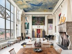 Zimmer hohe Decken schöne Deckenfarbe übergroße Gemälde