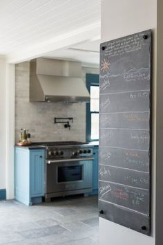Chalkboard leading into farmhouse style kitchen of the week Modern Country Kitchens, Rustic Kitchen, Home Kitchens, Colorful Kitchen Decor, Kitchen Colors, Town And Country, Country Living, Farmhouse Style Table, Shaker Style Cabinets