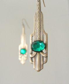 Schöne Vintage Art Deco Ohrringe verziert mit wunderschönen Vintage smaragdgrün facettierten Glas-Kabinen. Chloe sagt, sie tragen und fühle