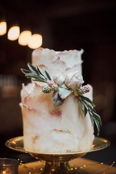 Perfect cake for a downtown bar wedding     Image by J Wells Photography