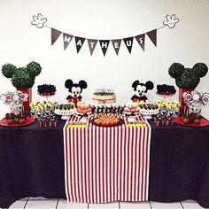 Festinha fofa do Mickey por @clarissajabbur! Adoro festa em casa, intimista, mas feita com muito carinho, isso que importa! ❤️ #kikidsparty