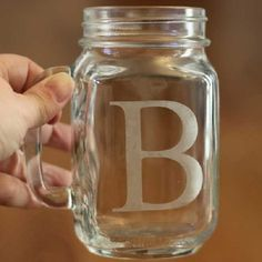 Deze mason jars hebben we in de winkel! Leuk om te personaliseren -> Personalize your mason jar mugs with a glass etched monogram. Simple and classic.