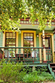 Park Lane Guest House, Austin, TX (Eco Urban Oasis) This looks like a fave house in NOLA :) Yellow Cottage, Cozy Cottage, Cottage Homes, Exterior House Colors Combinations, Exterior Colors, Exterior Design, Color Combinations, Old Style House, Tiny Texas Houses