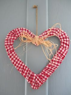 dots and spots - A Gingham Wreath - it's just gingham fabric wrapped around a heart frame and glued. Add a raffia bow and hanger, and you're done! Valentines Day Hearts, Valentine Day Crafts, Valentine Heart, Gingham Fabric, Red Gingham, Sewing Crafts, Diy Crafts, Deco Nature, Heart Frame
