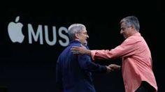 Image copyright                  Getty Images                  Image caption                                      Eddy Cue (dcha) saludando al CEO de Apple, Tim Cook, durante una conferencia en San Francisco, California.                                Todos ellos son de origen hispano, la mayoría son hombres (aunque casi la mitad son mujeres) y ocupan altos car