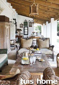 Die min-moeite-kombinasie van aardse teksture soos hout, rottang, glas en keramiek met meubels...