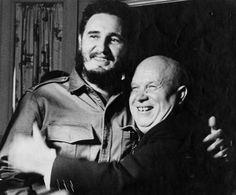 """""""He venido a rendir homenaje al hombre heroico que derrocó al tirano Fulgencio Batista"""", dijo con admiración el Primer Ministro de la URSS, Nikita Jruschov al abrazar a Fidel en su habitación del hotel Theresa. Foto: Korda, Alberto."""