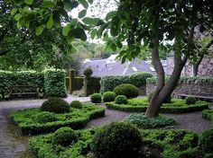 Dunbar's Close Gardens. | 15 Splendid Places To Go On a Date In Edinburgh
