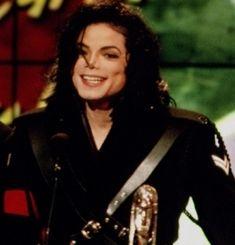 9 de marzo de 1993 - Michael recibe el Premio Humanitario del Año en la 7ª Gala de los Soul Train Awards.
