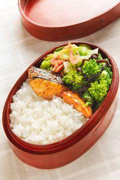 Box lunch with Japanese Spanish mackerel teriyaki style (Photo by Katsumi Oyama)