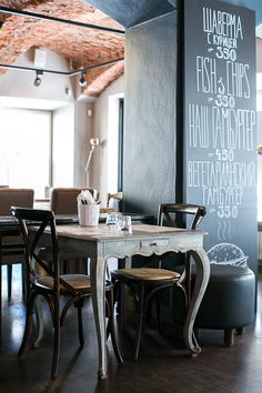 Although this is a restaurant setting, I'd definitely incorporate this into my home :) Restaurant Vintage, Cool Restaurant, Restaurant Design, Café Bar, Italian Cafe, Buy Chair, Cafe Style, Lokal, Restaurant Furniture