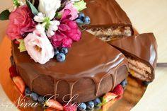 Торт шоколадно-сливочный «Цветочная феерия»  Красивый и простой в приготовлении десерт. В основе торта — шоколадный, очень нежный бисквит с потрясающе вкусным кремом и фруктами. Побалуйте себя и своих близких! #готовимдома #едимдома #кулинария #домашняяеда #десерт #торт #шоколадный #сливочный #бисквит #чаепитие #кчаю #вкусно #сладкое #легкийдесерт #легкоприготовить