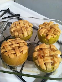I love the idea, but would definitely use sweeter, red apples. Everyone gets their own individual apple pie. Baked apples are the best. Kosel this is what I was talking about today Just Desserts, Delicious Desserts, Dessert Recipes, I Love Food, Good Food, Yummy Food, Apple Recipes, Fall Recipes, Fruit Recipes