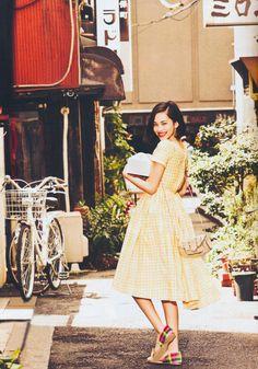 振り向き+笑顔+歩き途中の脚。  大人になり切れない女の子。お茶目な笑顔。