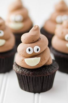 Who doesn't love the idea of an emoji birthday party?-) Would you believe emoji birthday parties are totally on trend? Here are 21 of our favorite emoji party ideas. (Check out the emoji eggs Cupcake Emoji, Cupcake Cakes, Poo Emoji Cupcakes, Teen Cupcakes, Funny Cupcakes, Funny Cake, Party Emoji, Cupcake Recipes, Dessert Recipes