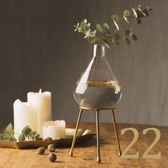 ★ Christmas Calendar Dec 22 ★ Behind door nr 22 hides this elegant vase on stand for one single, but oh so beautiful cut flower. Offer: Vase on stand 99 kr/€9.90 (Regular price 199 kr/€22.90). Link in bio to shop online ↟