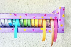 Ein Gastbeitrag von Nicole von bluetenschimmern.com Vom Ikea Gewürzregal zur stylischen Geschenkbänder Ablage Das 40 cm breite Bekväm Regal passt an fast jede Wand und lässt sich auf Grund seines Materials perfekt...