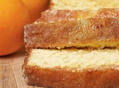 Receita de Bolo de laranja (sem glúten) - 1 laranja com casca, 2 e 1/2 xícaras de amido de milho ou fécula de batata, 2 xícaras (chá) de adoçante para forno e fogão, 1 xícara (chá) de óleo de canola, 1 colher (sopa) de fermento em pó, 4 ovos