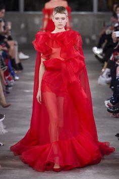 Valentino Pre-Fall 2019 Fashion Show Collection: See the complete Valentino Pre-Fall 2019 collection. Look 87 Dolly Fashion, Red Fashion, Runway Fashion, High Fashion, Fashion 101, Fashion Weeks, Fashion Addict, Valentino Couture, Valentino Women