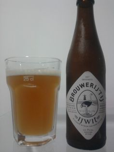 Cerveja 't IJ IJwit, estilo Witbier, produzida por Brouwerij 't IJ, Holanda. 7% ABV de álcool.
