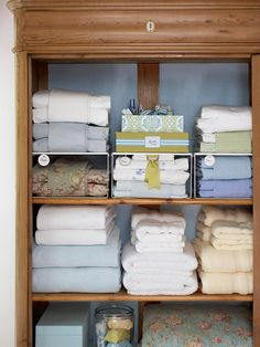 Linen Closet Tips & Tricks. My linen closet needs organization. Organisation Hacks, Linen Closet Organization, Organized Linen Closets, Organization Station, Household Organization, Craft Organization, Bathroom Organization, Do It Yourself Organization, Organizing Your Home