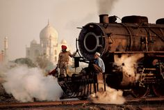"""Men on a train outside of the Taj Mahal, India This photo was taken by photographer Steve McCurry, the man who captured the famous green eyed """"Afghan Girl"""" for National Geographic in 1985 (via 22 Incredible Photos of Faraway Places - My Modern Metropolis) Taj Mahal, Magnum Photos, National Geographic, Vivre A New York, Les Philippines, World Press Photo, Afghan Girl, Foto Art, By Train"""