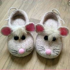 so cute slippers for children Cute Slippers, Felted Slippers, Baby Slippers, Baby Girl Boots, Baby Booties, Sewing Toys, Baby Sewing, Baby Crafts, Felt Crafts