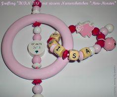 Süsser Greifling BORN 2013  in rosa aus Holz  mit Namensband Mini-Monster incl. Glöckchen. Auch mit BORN 2012 sowie in weiteren Farben erhältli...