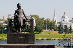 Тверь. Здесь по набережной и днем и ночью гуляет Пушкин.