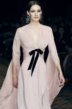 """everythingasoiaf: """" What a lady of House Piper would wear """"Jean Louis Scherrer Couture, Fall 2005 """" """" Couture Fashion, Runway Fashion, High Fashion, Womens Fashion, Paris Fashion, Fashion Black, Fall Fashion, Mode Chic, Mode Style"""