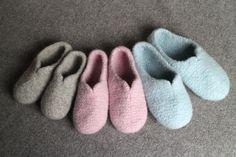 Tekstiiliteollisuus - teetee Saga Felt Art, Mittens, Knitting Patterns, Slippers, Socks, Heart, Fingerless Mitts, Knit Patterns, Fingerless Mittens