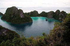 Anda yang gemar diving atau snorkling mengagumi keindahan alam bawah laut, wajib mengunjungi Raja Ampat di Papua. Pantainya saja sudah menyajikan pemandangan yang sama sekali berbeda dan sangat indah. (c) indonesia.travel