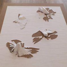 Oeuvre en papier de Peter Callesen - une feuille de papier blanc découpée avec des oiseaux dessines qui sont montés en volume et qui s'envolent de la feuille