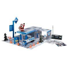 Dieser RC Adventskalender von Revell ist eigentlich ein Bausatz für eine Tankstelle und einen Truck, aber jeden Tag gibt es nur einen Teil des Bausatzes zum Basteln. Am 24. Dezember hat man dann einen fertigen Bausatz und kann den Truck mittels einer Fernsteuerung bewegen.