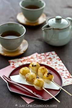 Mitarashi Dango: warm, soft, grilled mochi ball covered in a sweet soy sauce, a traditional Japanese sweet. I want to eat real Mitarashi Dango in Japan! Easy Japanese Recipes, Japanese Dishes, Japanese Sweets, Japanese Food, Asian Recipes, Traditional Japanese, Sushi Recipes, Japanese Deserts, Japanese Snacks