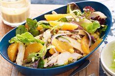 Курочка прекрасно сочетается с цитрусовыми. Советуем приготовить на обед вкуснейший салат из этих ингредиентов.