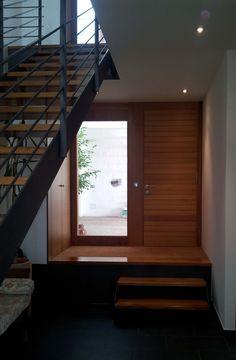Ideas de #Casas de #Recibidor, #Escalera, estilo #Contemporaneo diseñado por Toni Morlà Villalonga Arquitecto con #Peldaños #Armarios #Madera  #CajonDeIdeas