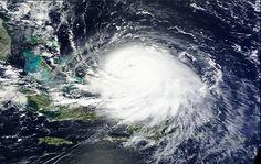 El huracán Joaquín se acercaba con fuerza a islas poco pobladas del centro y oriente de las Bahamas el jueves mientras los meteorólogos reportaron que se fortaleció y ahora es una tormenta