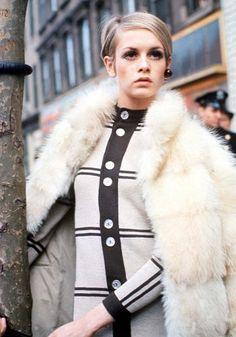 Twiggy. Não tem como falar da moda anos 60 sem mencionar Twiggy! A supermodel adolescente se tornou num fenômeno mundial com seu estilo andrógeno, pixie hair e olhar marcado.
