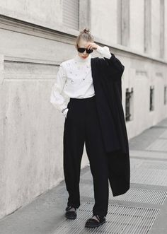 50 Minimalist Fashion Outfits to Copy This Season Minimal Fashion, Trendy Fashion, Fashion Outfits, Fashion Trends, Fashion Styles, Minimalist Wardrobe, Minimalist Outfits, Fashion Capsule, Minimalist Lifestyle